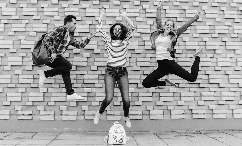 młodzi ludzie skaczą z radości po uzykaniu pożyczki od 18 lat dla studenta