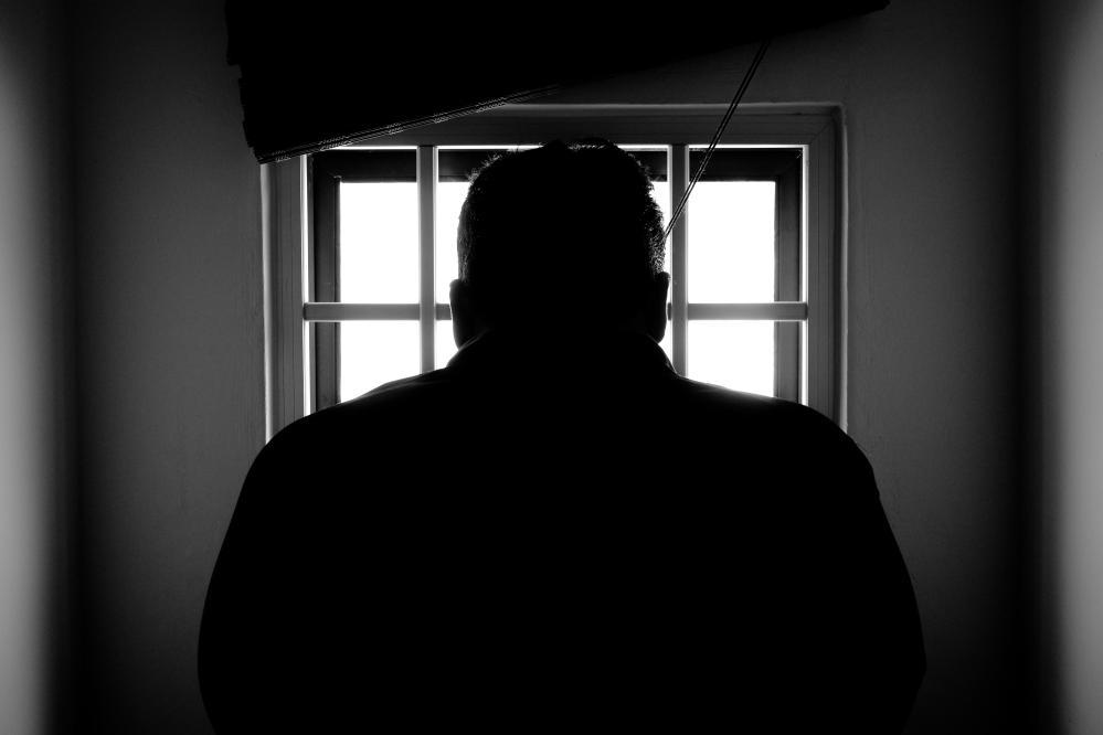 mężczyzna odsiaduje karę więzienia za długi