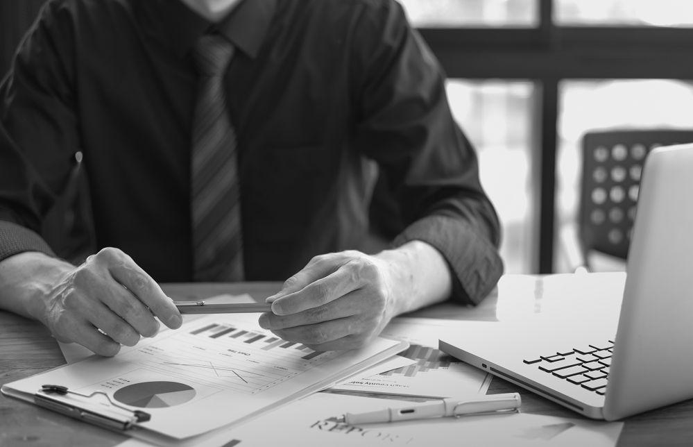 mężczyzna ocenia firmy w rankingu pożyczek